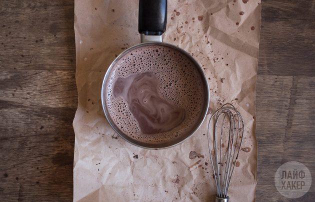 Горячий шоколад с ликёром: разогрейте молоко и всыпьте горячий шоколад
