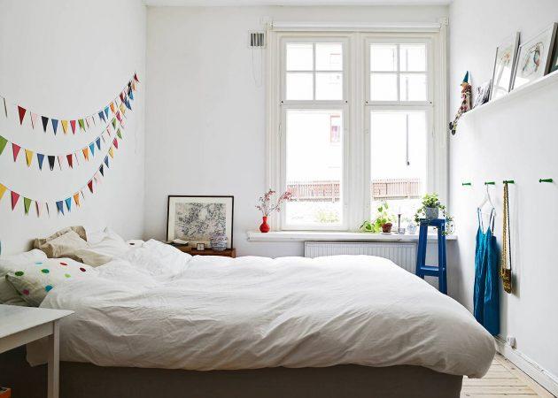 Маленькая спальня: крючки на стене