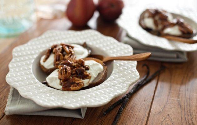 Груши, запечённые с орехами и йогуртом