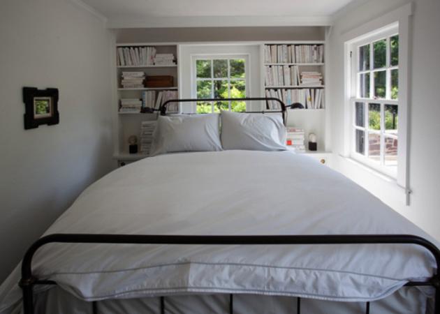 Маленькая спальня: используем полки