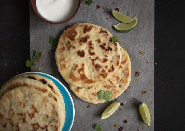 Обжарьте индийские лепёшки наан с творожной начинкой