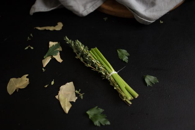 Говядина по-бургундски: добавьте к мясу травы