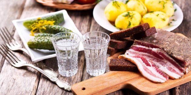 Водка с закуской домашних