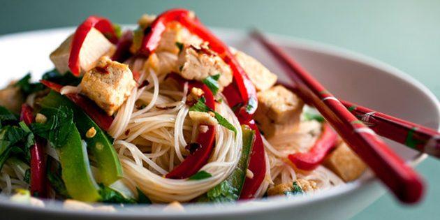 блюда из лапши: рисовая лапша с тофу и овощами
