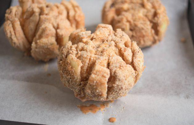 Как приготовить луковый цветок: окуните луковицы в кляр, дайте излишкам стечь, а затем обсыпьте всё хлебной крошкой