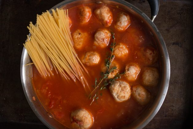 Положите к тефтелям спагетти