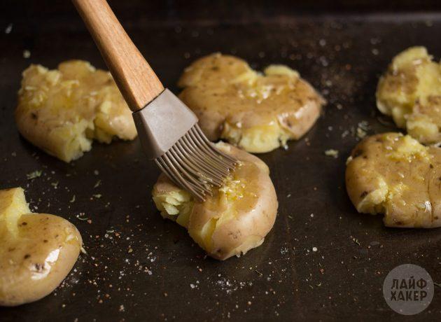 Как приготовить запечённый картофель в духовке: смажьте всё чесночным маслом