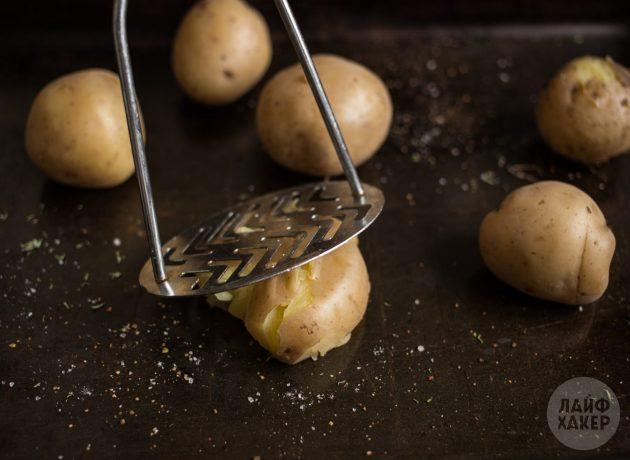 Как приготовить запечённый картофель в духовке: раздавите клубни вилкой или прессом для пюре