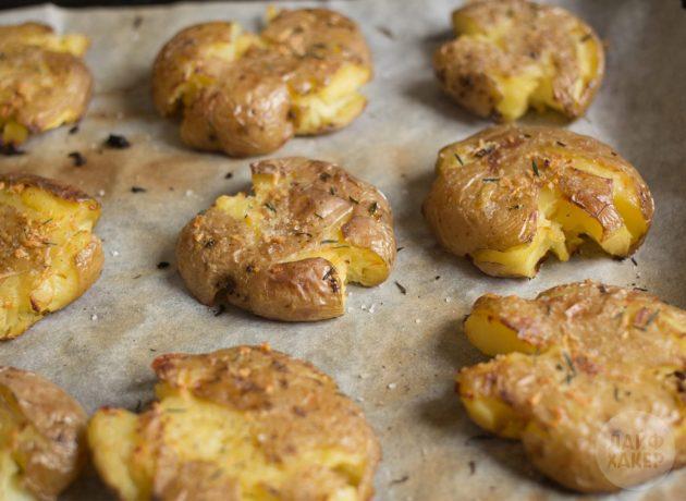 Как приготовить запечённый картофель в духовке: выложите картошку на противень
