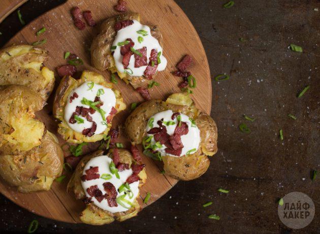 Подавайте запечённый картофель сразу же