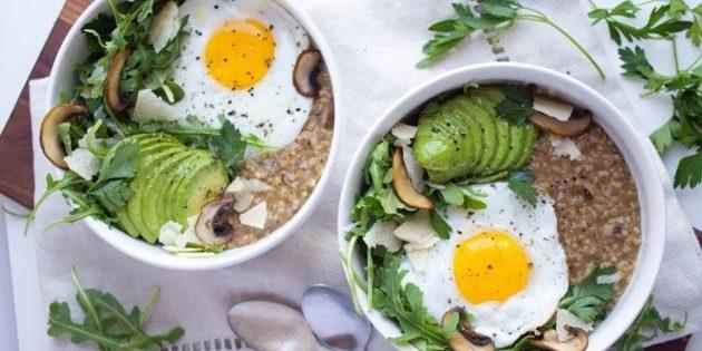 несладкая овсянка: овсянка с грибами, авокадо и жареным яйцом