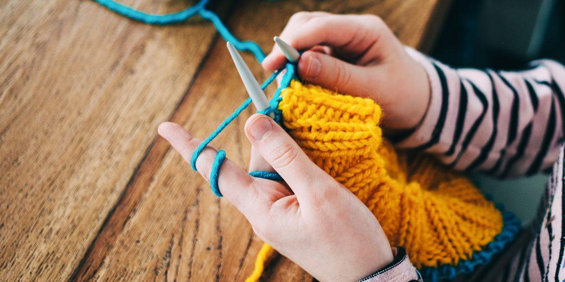 Как научиться вязать спицами и крючком: подробная инструкция для новичков