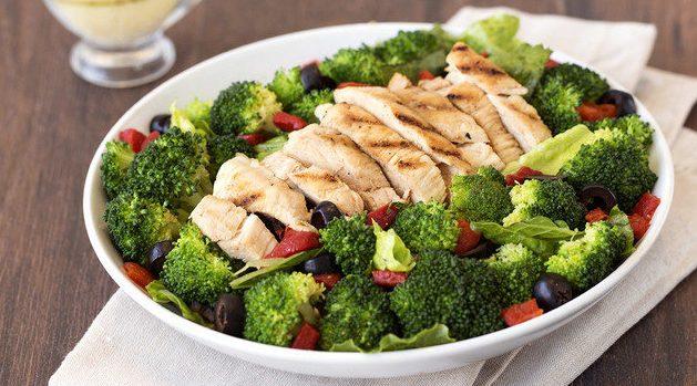 Острый салат с курицей и брокколи
