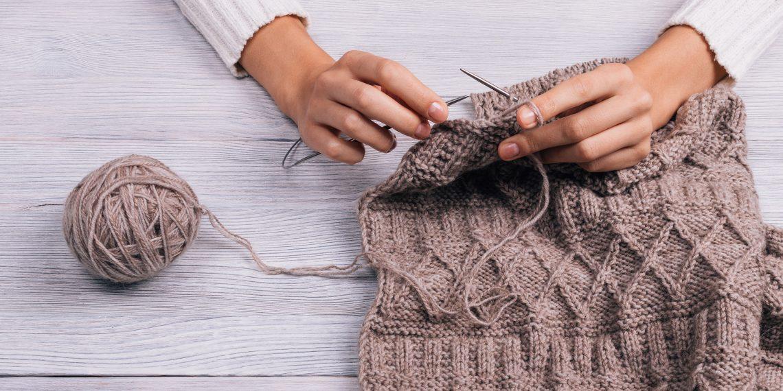 Как научиться вязать спицами и крючком: подробная инструкция для ...