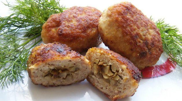 Как приготовить мясные котлеты с грибами