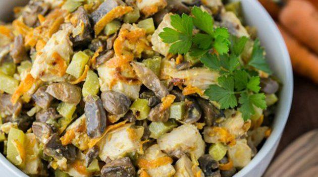 Сытный салат с курицей и шампиньонами