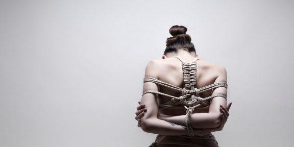 Эротическое искусство шибари: как и зачем связывать своего партнёра
