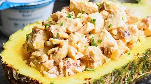 Пикантный салат с курицей и ананасом