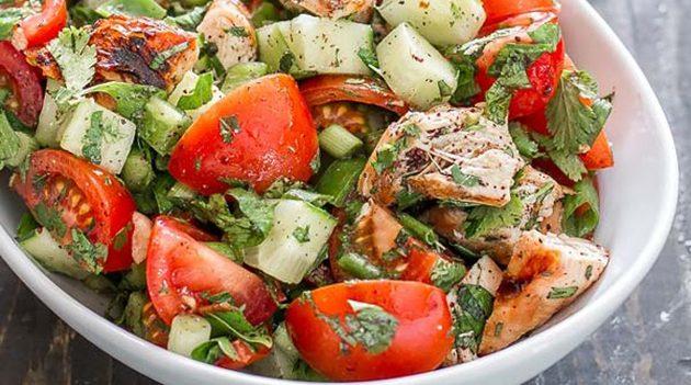 Полезный салат с курицей, овощами и сыром фета