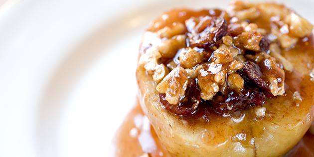 Простые десерты: печёные яблоки с грецкими орехами, изюмом и мёдом