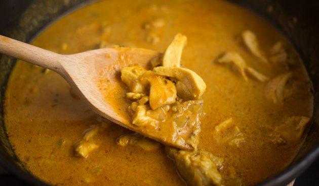 Масляная курица по-индийски: не накрывайте крышкой — так соус станет насыщеннее