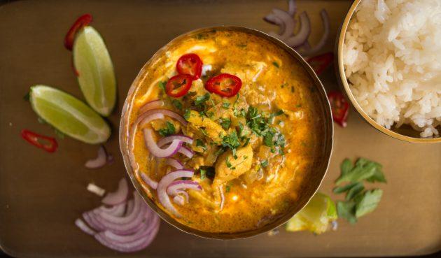 Перед подачей украсьте курицу по-индийски перцем, луком и зеленью