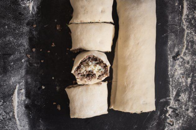 Булочки с мясом: сверните тесто в рулет и разрежьте