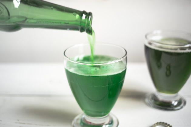 Чтобы почувствовать себя ирландцем, достаточно 17 марта надеть что-то зелёное и налить себе бокал ледяного лагера того же цвета. Как и чем лучше красить пенное, разобрался Лайфхакер. Если вы хотите следовать традициям, запаситесь всего парой ингредиентов: зелёным пищевым красителем и, разумеется, самим пивом. Пищевой краситель придётся выбирать из двух вариантов. Можно взять гелевый, продающийся в магазинах для кондитеров, капнуть немного прямо на дно бокала, развести парой столовых ложек пива, а после залить оставшимся напитком. Последовательность именно такая. В противном случае гель с трудом растворится в обилии жидкости и будет попросту плавать кусками. Второй вариант — порошковый краситель, который можно достать почти в любом супермаркете. Плюс такого способа не только в большей доступности, но и в возможности самостоятельно регулировать цвет напитка, по каплям добавляя в пиво разведённый водой порошок. Примерно ¼ чайной ложки хватит для того, чтобы окрасить пиво для всей компании. Растворите краситель в небольшом количестве холодной воды до исчезновения всех кристаллов. По каплям добавляйте жидкий краситель в пиво до тех пор, пока не добьётесь желаемого цвета напитка. Чтобы зелёный был как можно более ярким, смешивайте краску только со светлым фильтрованным пивом. При желании можно поэкспериментировать с оттенками, соединив жёлтый и голубой краситель. Разные пропорции позволяют получить целую палитру зелёного. На фото ниже жёлтый и голубой порошок были смешаны в равных частях. Разница в оттенках заметна невооружённым глазом. При выборе качественного красителя и использовании его в умеренных количествах, окрашивание никак не повлияет на вкус пива.