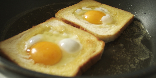 рецепты быстрых блюд: яичница в хлебе