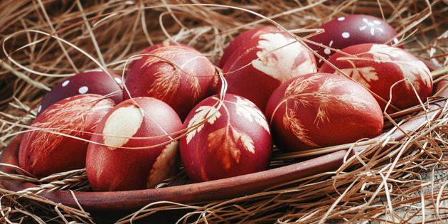 Покрасить яйца: При окрашивании луковой шелухой яйца можно сделать ещё более нарядными
