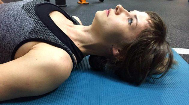 массажный ролик: раскатывание шеи