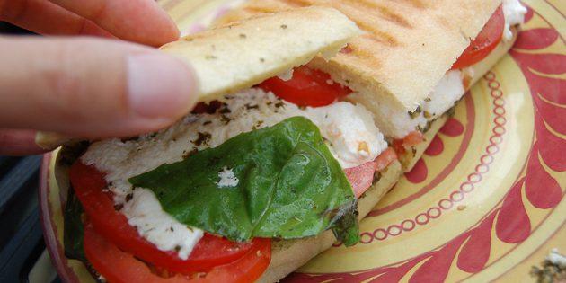 рецепты быстрых блюд: панини с курицей и томатами