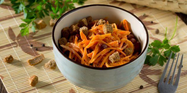 Салат из корейской моркови, фасоли и сухариков