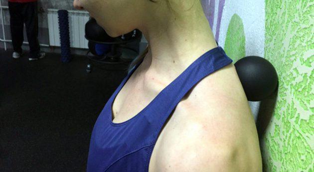 массажный ролик: трапециевидная мышца