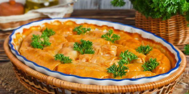 Голубцы в духовке со сливочно-томатным соусом: простой рецепт