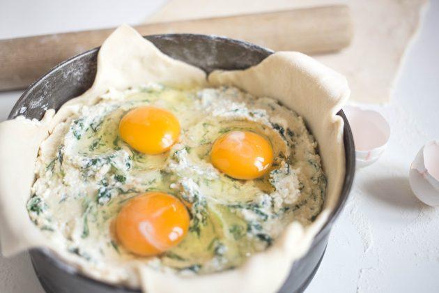 Итальянский сырный пирог: рецепт. Вбейте яйцо в каждое из углублений