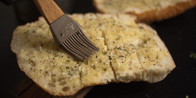 чесночные гренки: хлеб и масло