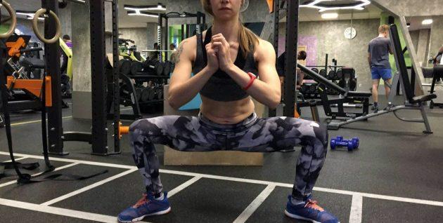 Упражнения для внутренней части бедра: Приседания плие или сумо