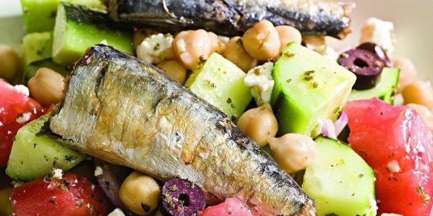 Салаты с рыбой: Греческий салат с сардинами
