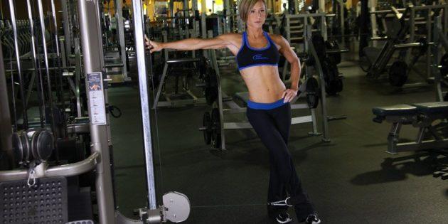 Упражнения для внутренней части бедра: Отведение ноги на кроссовере