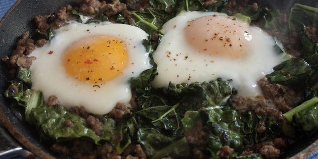 Яичница с фаршем, овощами и зеленью