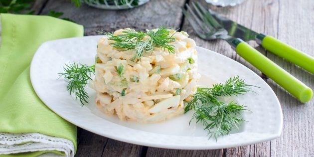 Яичный салат с кальмарами: простой рецепт