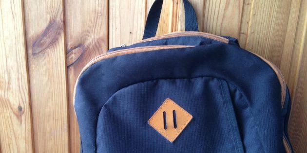 Квадратная нашивка с прорезями на рюкзаке