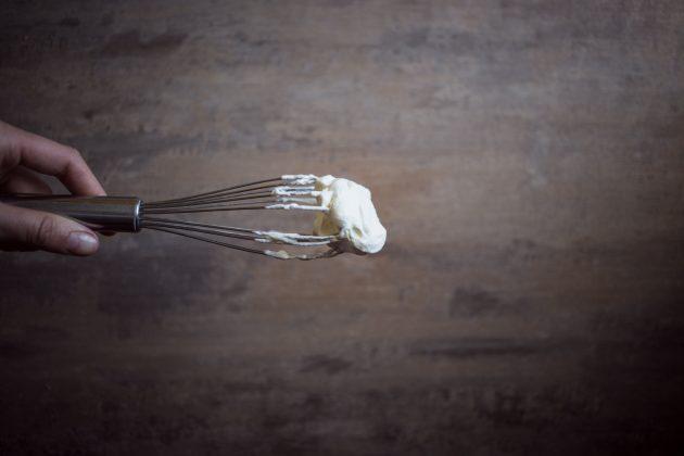 Нежный дип из сливочного сыра и вишни за 15 минут