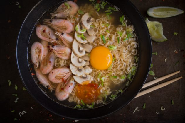 Как приготовить домашний рамен: выложите блюдо в глубокую тарелку