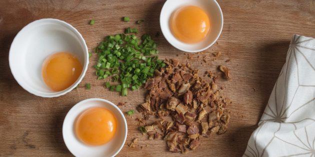 Необычная яичница: рецепт. Чтобы желтки не пересохли и не прилипли к посуде во время приготовления белков, смажьте выбранную ёмкость маслом