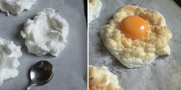 Воздушная яичница: рецепт. Добавьте в центр немного тёртого сыра, сырой желток и верните всё в духовку