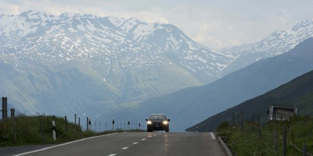 Дорога через перевал Оберальп в Швейцарии