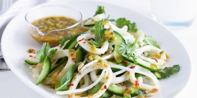 салат с кальмарами красным луком огурец помидор рецепт
