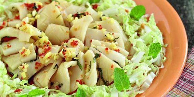 Салат с кальмарами заправлен йогуртом